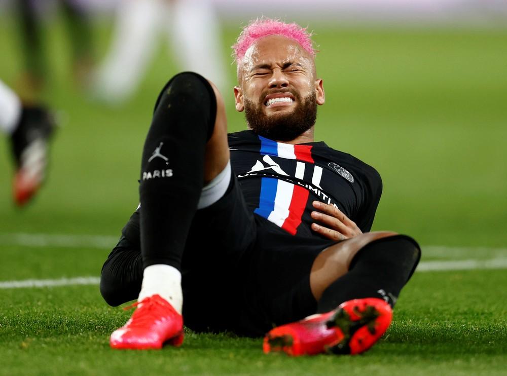 Neymar cai com expressão de dor após cair de mau jeito PSG Montpellier — Foto: Reuters