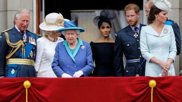A família real nomeia conselheiros que podem desempenhar algumas das funções da rainha em caso de indisposição