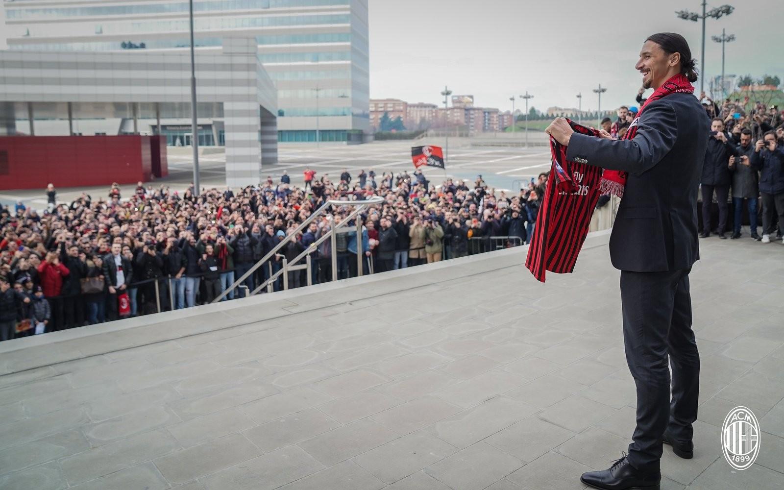 Ibrahimovic é apresentado oficialmente no Milan — Foto: Site oficial do Milan