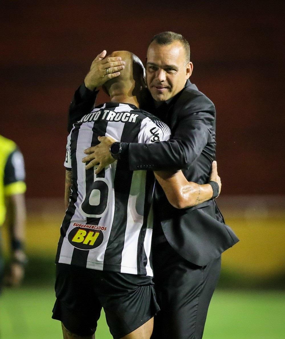 Fábio Santos abraça Rafael Dudamel — Foto: Bruno Cantini/Atlético-MG