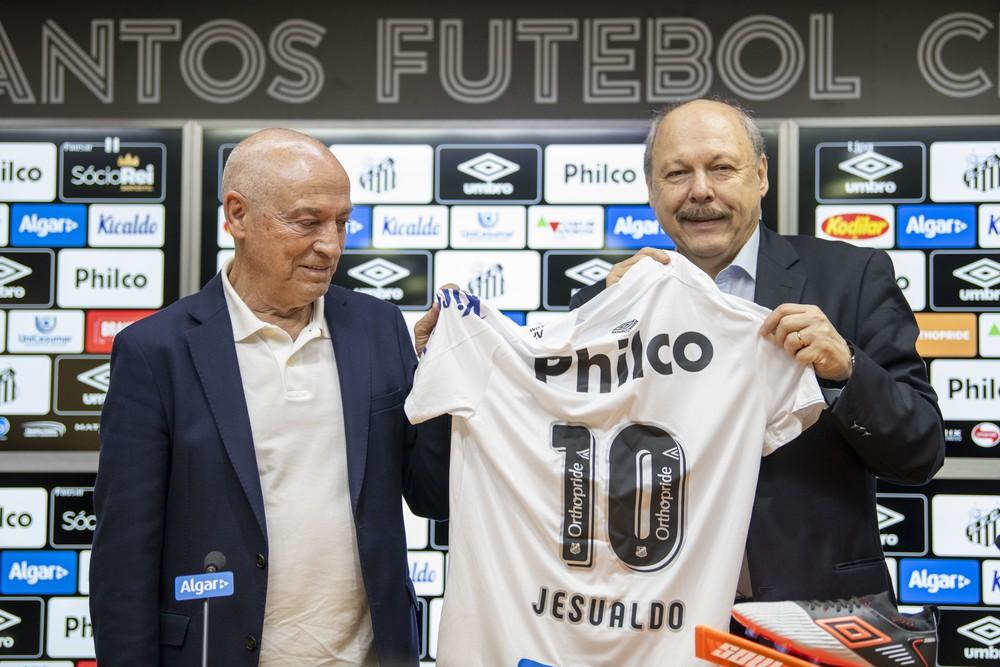 Jesualdo Ferreira com José Carlos Peres na apresentação ao Santos — Foto: Richard Callis / Estadão Conteúdo