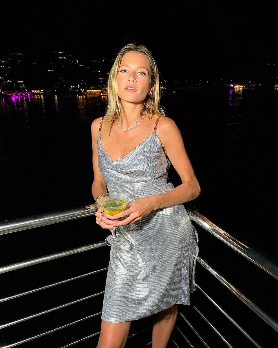 A influenciadora digital Helena Bordon também investiu em modelito prata de brilhos — Foto: Reprodução/Instagram