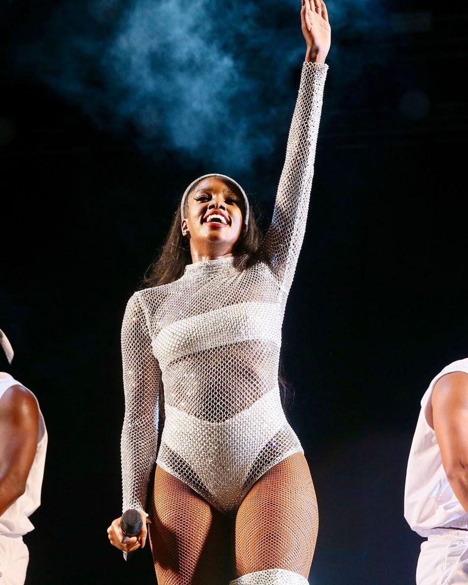IZA fez bonito no palco com modelito transparente de cristais — Foto: Reprodução/Instagram