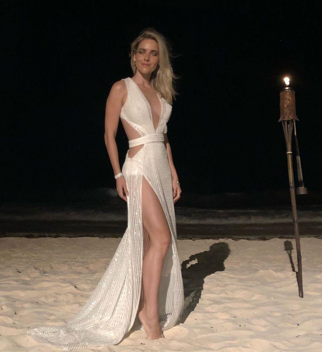 Monique Alfradique fez bonito com fenda poderosa nas areias de Tulum, no México — Foto: Reprodução/Instagram