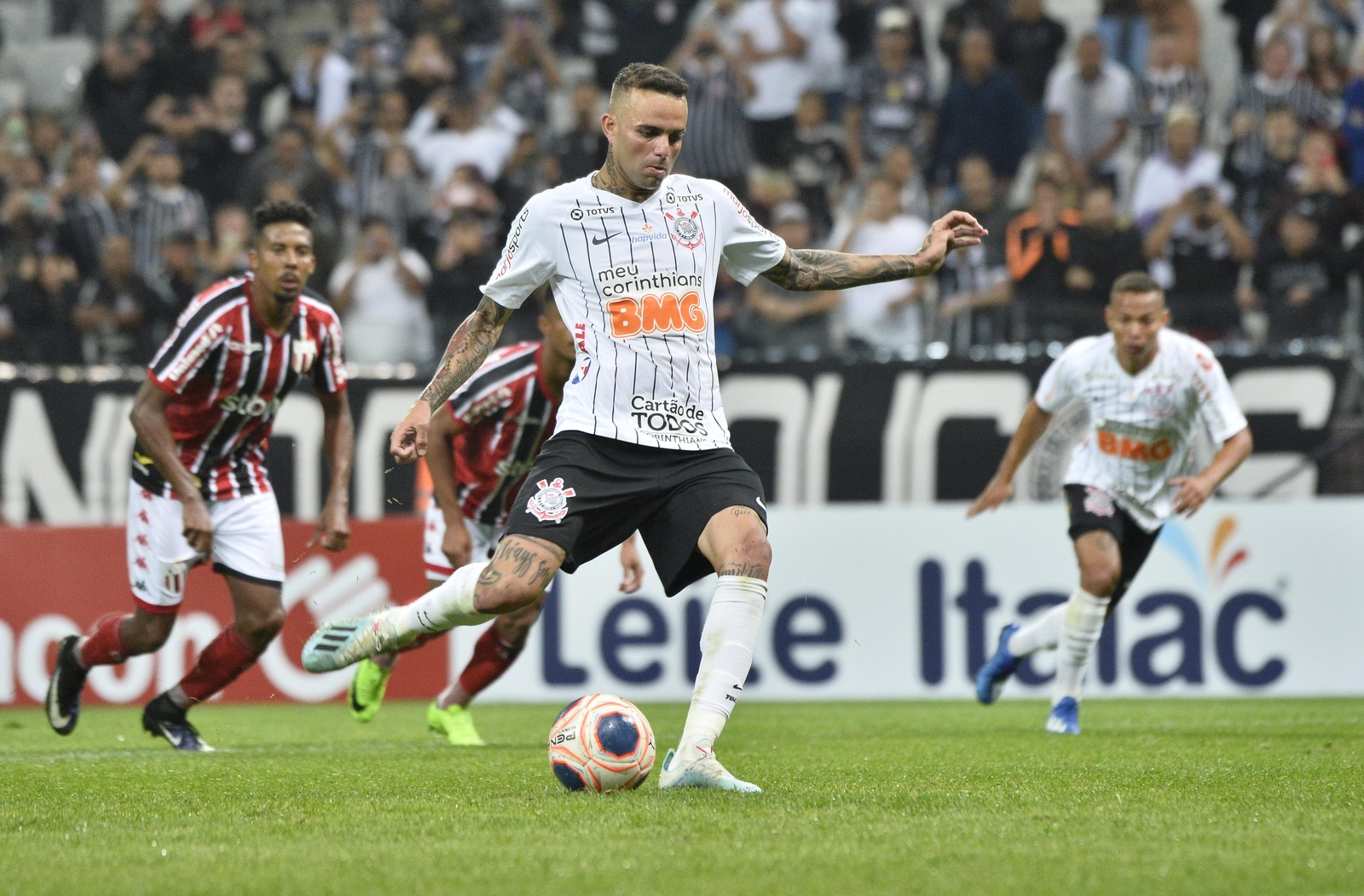 Luan fez um gol de pênalti na goleada sobre o Botafogo-SP — Foto: Marcos Ribolli