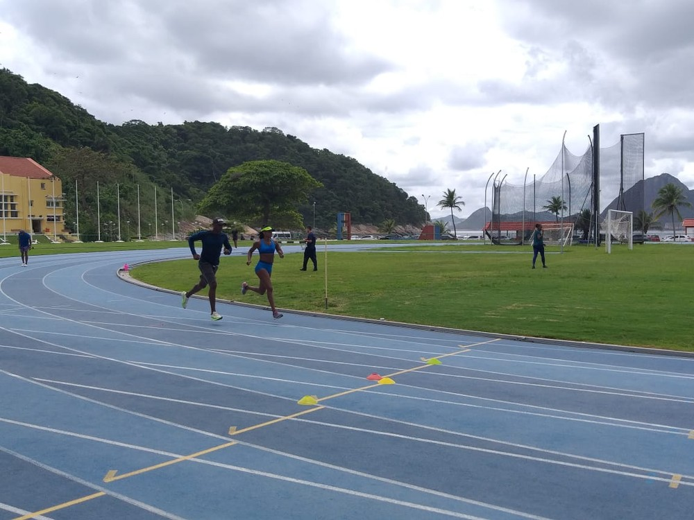 Robson Caetano correndo com Fabiana Moraes durante treinamento no Rio — Foto: João Guerra