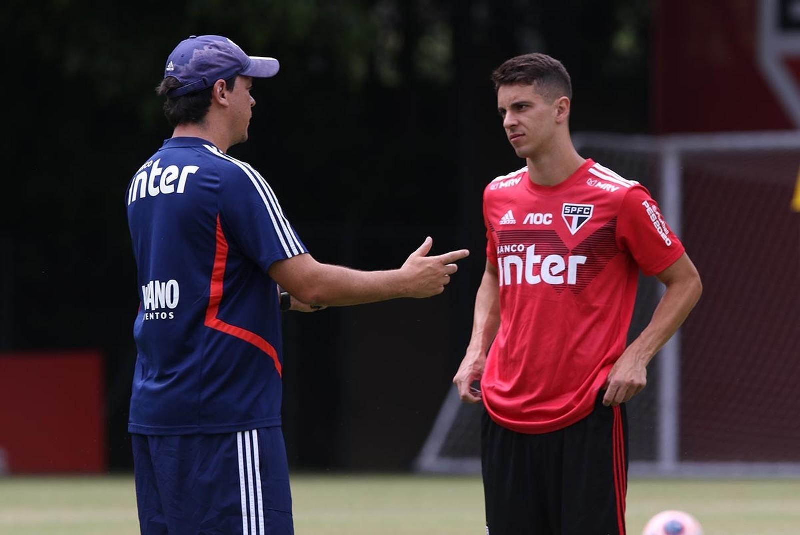 Fernando Diniz e Shaylon conversam em treino do São Paulo — Foto: Rubens Chiri / saopaulofc.ne