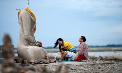 Seca revela templo submerso por barragem na Tailândia