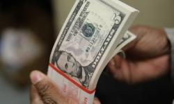 Dólar sobe e opera próximo a R$ 4,20