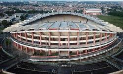 Pessoas abrigadas no estádio Mangueirão jogam bola no espaço embaixo da arquibancada