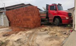Motorista descarrega 5,5 mil tijolos com ajudante e deixa caminhão 'preso' em lote