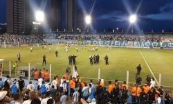 Torcedores do Paysandu invadem gramado durante partida contra o Ituano