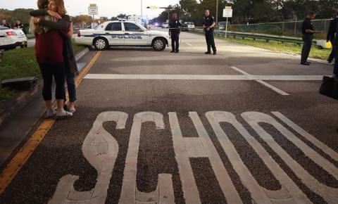 Luto e dor na vigília pelas vítimas do massacre em escola dos Estados Unidos