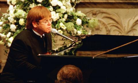 Elton John diz que precisou usar teleprompter para cantar no funeral da princesa Diana
