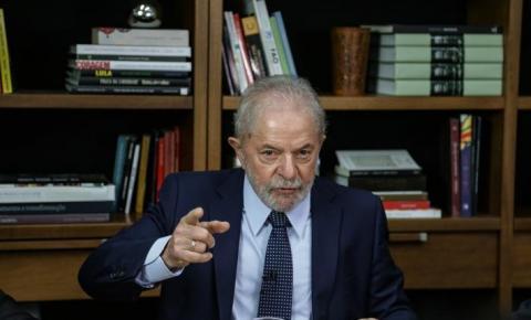 """Lula comenta tensão no Irã e diz que Bolsonaro é """"lambe botas"""" de Trump"""