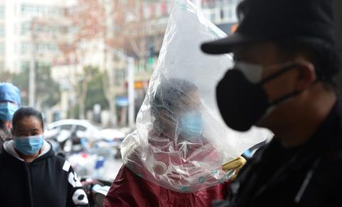 Chineses improvisam proteção contra epidemia de coronavírus em meio a escassez de equipamentos