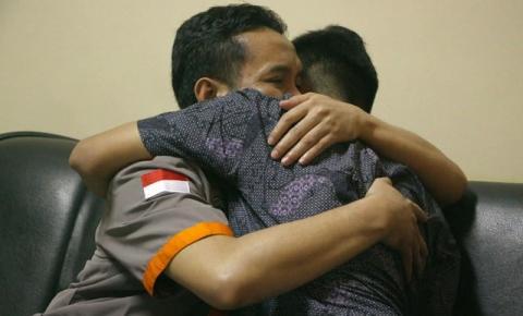 'Por que decidi me reunir com o homem que matou meu pai em um atentado'
