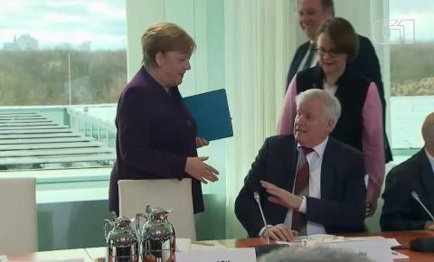 Em meio à crise do coronavírus, ministro deixa Merkel 'no vácuo' e recusa aperto de mão; veja vídeo