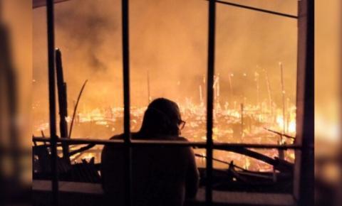 Mais de 40 bombeiros trabalham no controle do incêndio que atingiu casas em Icoaraci