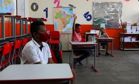 Cartilha orienta gestores em ações de enfrentamento à exclusão escolar.