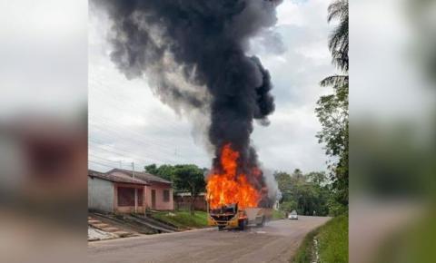 Ônibus pega fogo e assusta população em Castanhal.