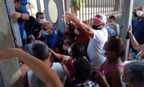 Público causa confusão antes de vacinação em Belém. Veja