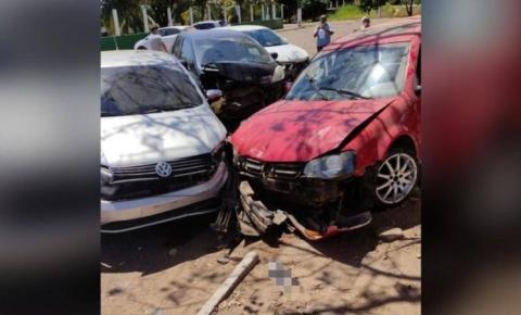 Adolescente bate em quatro carros estacionados em hospital