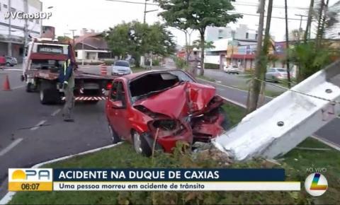 Carro bate em poste e uma pessoa morre e duas ficam feridas em Belém