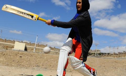 Talibã proíbe mulheres afegãs de praticar esportes, diz jornal