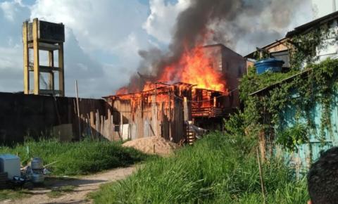 Incêndio consome casa em vila de Belém