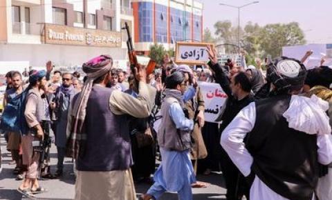 Chega a Cabul primeiro voo comercial após controle do país por talibãs