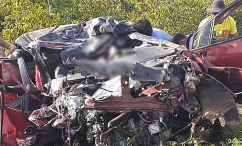 Motorista fica preso às ferragens após colisão com caminhão